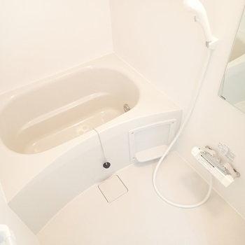 白いバスルーム!浴室乾燥機つきです。