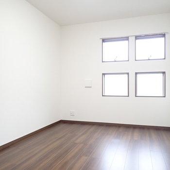 洋室には窓が4つあります。
