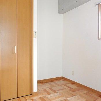お部屋の隅には、ちょうどデスクが置けそうな空間。