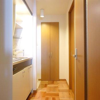 キッチンスペース。右側のドアは脱衣所。奥が玄関。