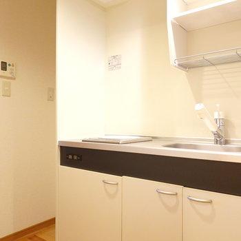 シンプルなキッチン。冷蔵庫は左側。
