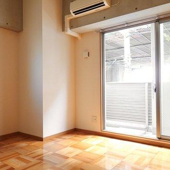 お部屋は8帖。木とコンクリがうまく調和したお部屋です。