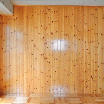 こちらは一面の木材壁。杉材の風合いが安らぐ。