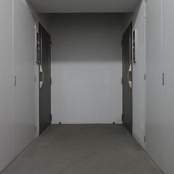 共用部は室内で暗かったです。