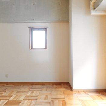 小窓があるのでそちらからも少しだけ光が。