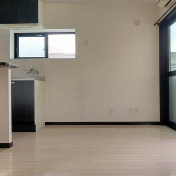 キッチン側。冷蔵庫やラックを置けそう!