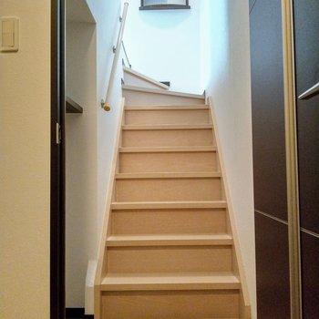 階段!ワクワク〜!上の飾り棚がおしゃれ!