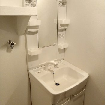 洗面台はシャワー水栓で使いやすそう!
