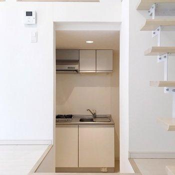 キッチンがチラリと。白で清潔感があります。