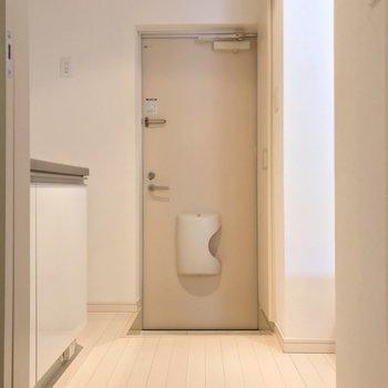 玄関は少しコンパクト。傘立てはマグネットタイプを選びたい。