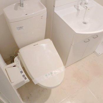 トイレはウォシュレット付き。シャンプードレッサーも綺麗で朝の支度もラクラク!
