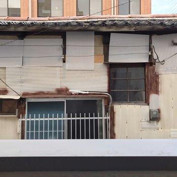 目の前は建物。カーテンはしっかりつけましょう。