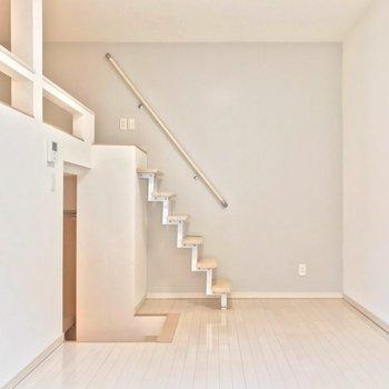 カクカクっとした階段が素敵。