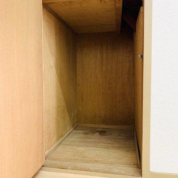 玄関入ってすぐにもこそっと収納スペース