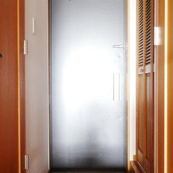 玄関扉はブラック ※写真は似た間取りのお部屋のものです