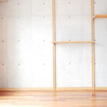 置いたら何でもかっこよく見えそうな可動棚 ※写真は似た間取りのお部屋のものです