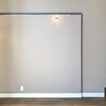 こちらの壁にはピクチャーレールが付いていますよ