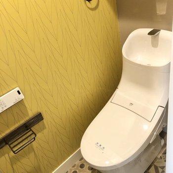 トイレはホッと落ち着くクロスが使われています