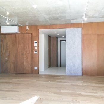 反対側には、ラワン合板が使用されています。いいギャップ。※写真は同間取り別部屋のものです
