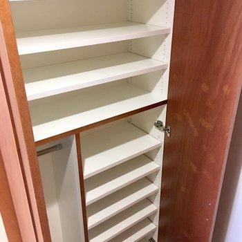 シューズボックスはかなり大容量。奥行きも30cmくらいあります。※写真は同間取り別部屋のものです
