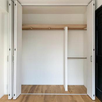 【洋室】扉3枚分、幅の広いクローゼットです。