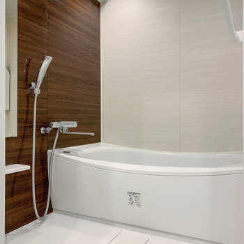 お風呂は湯船も広く、ゆったりとした空間です。