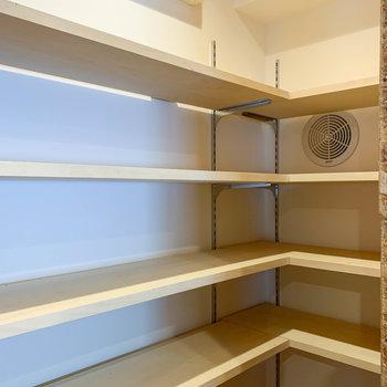 【LDK】パントリーの中には棚があるので、食器類や調味料などをズラーっと並べられそう。