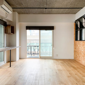 【LDK】キッチン側から見ると。正面の窓は南東向きです。
