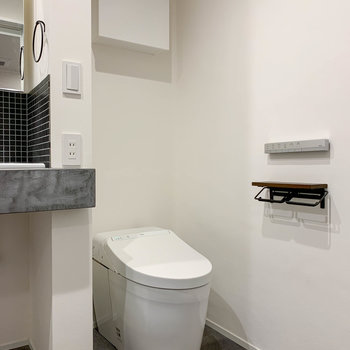 洗面台の右側にタンクレスのトイレがあります。