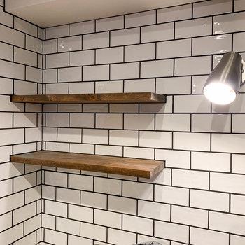【ディテール】キッチン部分にも、いい色合いの棚がありますす。