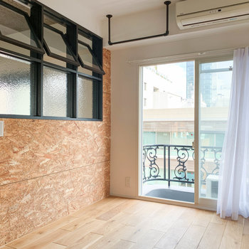 【洋室】窓の左側。ここの窓の自由度がいい。