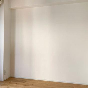 【洋室】この壁沿いにベッドかな。