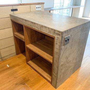 【LDK】キッチン側から見ると。収納スペースもあります。