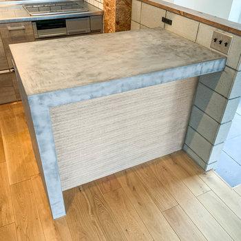 【LDK】キッチンカウンターです。まな板作業や、ここで食事もいいな。横にはコンセントも付いてます。