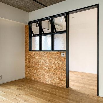 【LDK】リビングと洋室の間の窓部分、上3つが開けたり閉めたりできます。