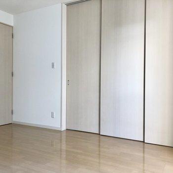 【LD】右のお部屋は洋室です。