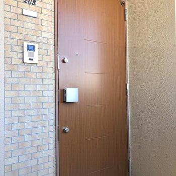木のドアとレンガ腸の壁が合う!
