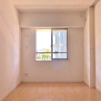 【洋室6.9帖】このお部屋は寝室になりそうですね。