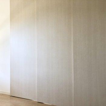 【洋室6.9帖】木の3段扉。