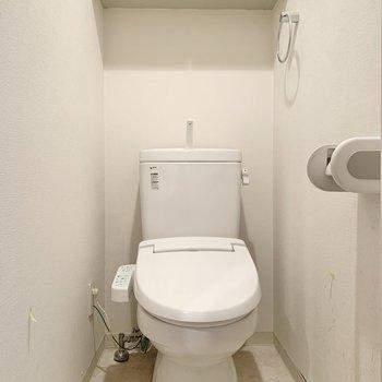 トイレ上には収納もあって便利