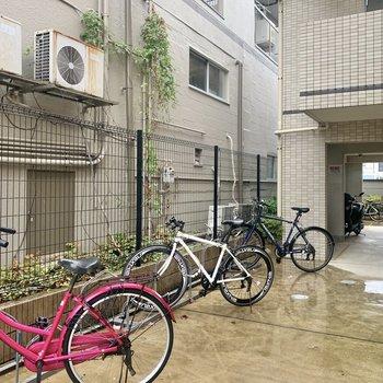 自転車置き場は建物正面です