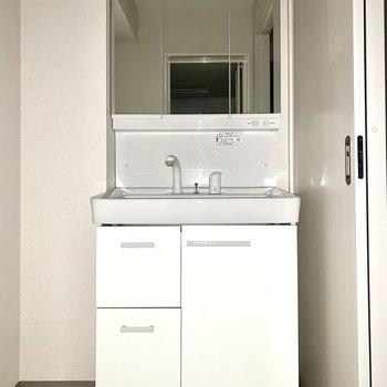 ちょっとコンパクトだけど、しっかり収納のある洗面台※写真はフラッシュを使用しています