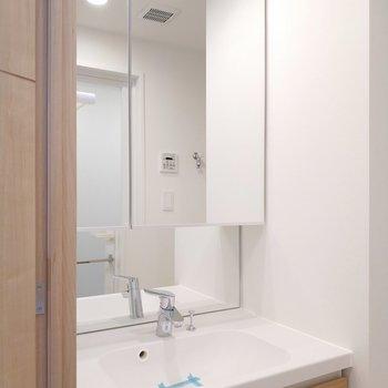 独立洗面台は鏡面がリッチな大きさ!※写真は5階の同間取り別部屋のものです