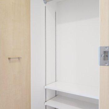 クローゼットはたっぷりと入る大きさ。※写真は5階の同間取り別部屋のものです