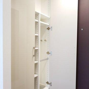 シュークローゼットは靴以外も置ける大きさ。※写真は5階の同間取り別部屋のものです