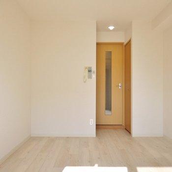 白を貴重にしているので、どんなお部屋にも変身できちゃう。※写真は404号室のもの
