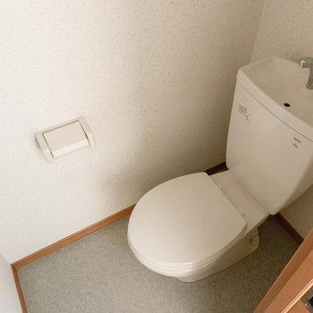 トイレには上部棚がありました。そちらには、トイレットペーパーを。