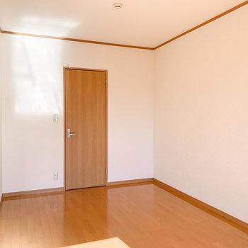 【洋室】なんだか気になる扉を見つけました。