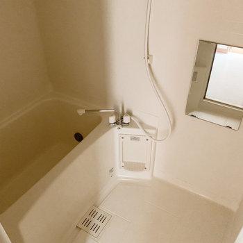 お風呂はちょっぴりコンパクトサイズ。嬉しい浴室乾燥機付きです。