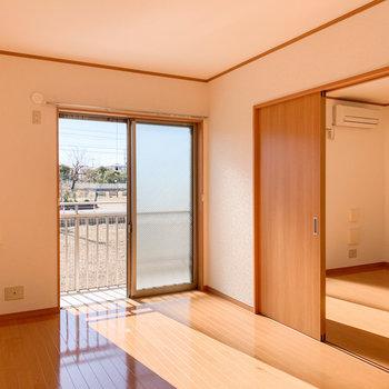 【洋室】約7.6帖の洋室。こちらも窓から気持ちのいい光が差し込みます。